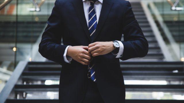 社会人のおすすめスーツ【シャツや靴を含めて服装全て解説】